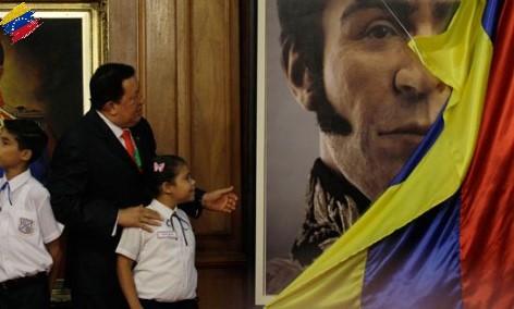 Hugo Chávez presentando el rostro de Simón Bolívar
